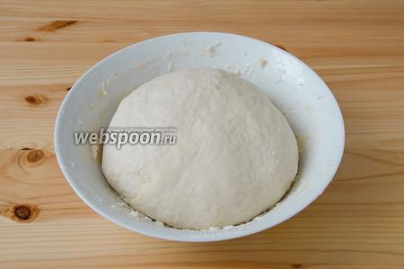 Теперь добавляем в тесто сливочное масло и замешиваем тесто, постепенно добавляя в него оставшуюся муку. Оставшееся растительное масло добавляем в самом конце, смазывая им руки в процессе замеса теста.