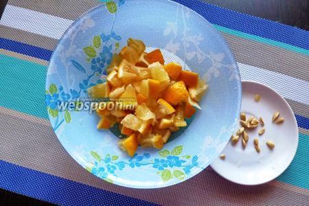 Лимоны режем вместе с кожурой на небольшие кусочки. Особенное внимание уделяем косточкам, их необходимо все убрать.