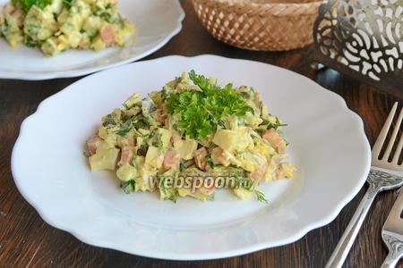 Салат с курицей, морковью и зеленью