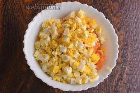 Яйца пропускаю через яйцерезку.