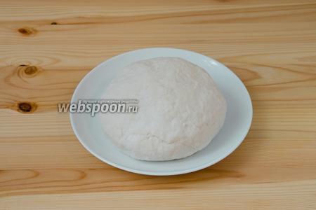 Замешиваем тесто, добавляя при необходимости муку. Тесто в итоге не должно быть слишком крутым, как только перестаёт липнуть к рукам, сразу же прекращаем досыпать муку. Накрываем плёнкой и убираем тесто, как минимум, на 30 минут в холодильник.