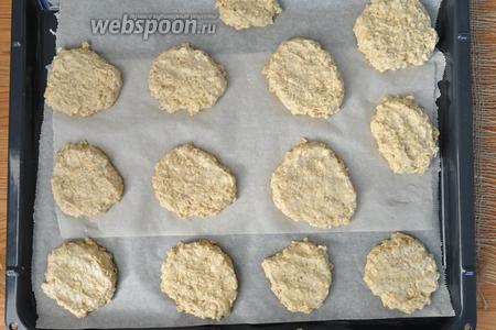 Выложить ложкой тесто на выстеленный бумагой противень. Ложку смачивать в холодной воде, чтобы тесто не липло. Выпекать в разогретой духовке при 190°С 25 минут.
