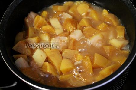 Добавить немного воды и довести до кипения. Варить до мягкости фруктов.