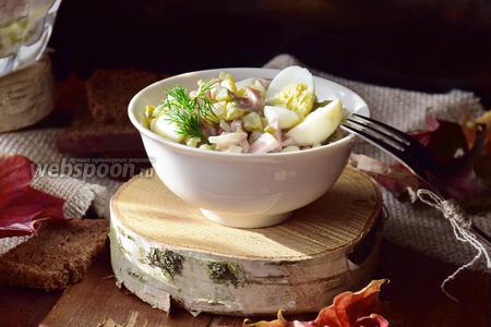 Салат с перепелиными яйцами, маринованными огурцами и ветчиной