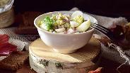 Фото рецепта Салат с перепелиными яйцами, маринованными огурцами и ветчиной