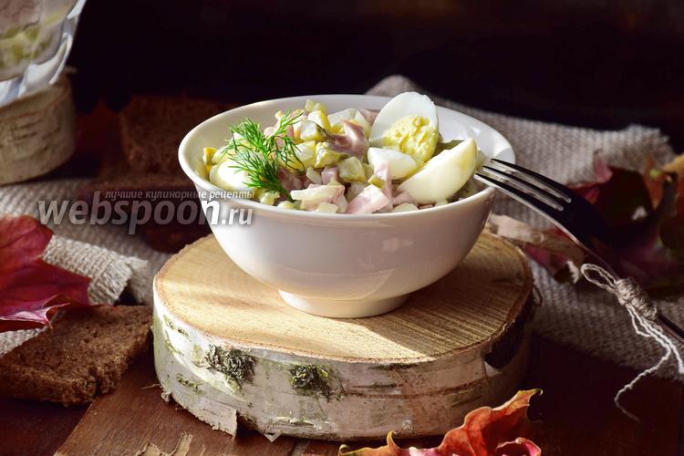 Фото Салат с перепелиными яйцами, маринованными огурцами и ветчиной