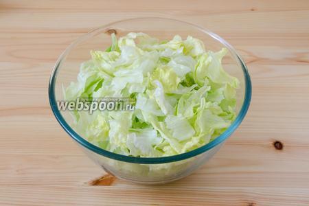 Листья салата рвем руками и складываем в салатник.