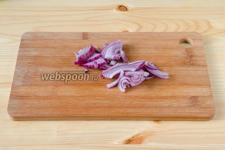 Салатный лук режем на четвертинки, слегка мнем.