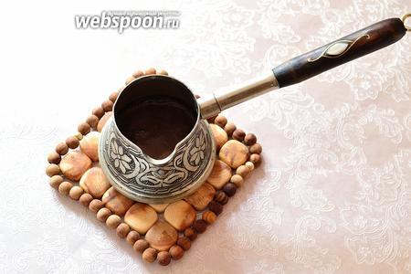 Варим эспрессо в турке. Для этого заливаем кофе холодной водой, ставим на медленный огонь, перемешиваем и варим до момента, когда кофе готово вот-вот закипеть. Снимаем с огня. Можно еще 2-3 раза прогреть кофе, снимая турку с огня, каждый раз до закипания. Если у вас есть простая кофемашина и кофеварка, то готовим в ней крепкий кофе. Нам нужно получить 50 мл крепкого кофе на выходе. У меня указано 55 мл воды, поскольку 5 мл я закладываю на жидкость, которая останется с гущей после фильтрования.