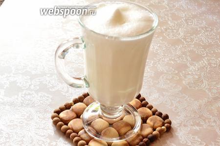 Переливаем молоко с пеной в бокал, в котором будем подавать. Перелив молоко в бокал, вы уже получите 2 слоя — внизу молоко, сверху пена. Теперь наша задача получить между ними кофейный слой.