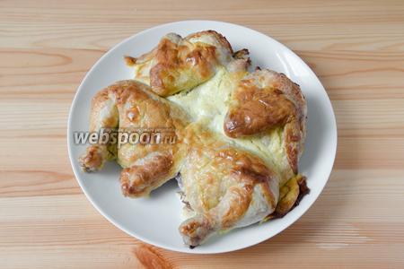 Готового цыплёнка перекладываем на блюдо и подаём к столу с каким-нибудь гарниром. У меня был красный рис.