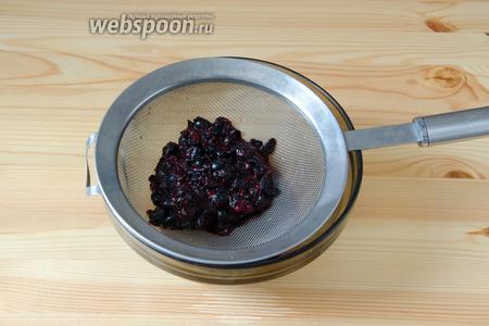 Перетираем чернику через мелкоячеистое сито. Чтобы сок легче было выдавливать, можно сначала подавить ягоды чем-нибудь плоским, я использую обычно толкатель для мясорубки.