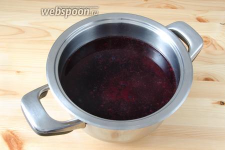 Складываем ягодный жмых в кастрюлю, добавляем сахар и воду. Отправляем на огонь и доводим до кипения.