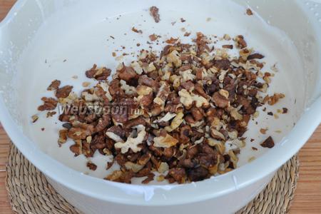 В крем добавить орехи. Перемешать. Крем готов.