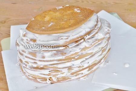 Подложку для торта обложить бумагой. Выкладывать коржи и смазывать кремом. Собрать торт. Поставить в холод пропитываться. На верх торта крем не наносить! Можно положить деревянную доску, чтобы торт осел ровно.