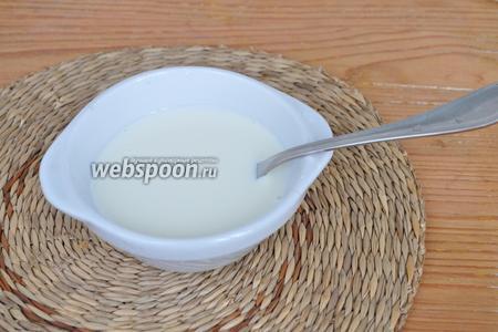 Крахмал залить небольшим количеством молока, от указанного в креме. Ложек 5 столовых хватит. Размешать, чтобы не было комков.