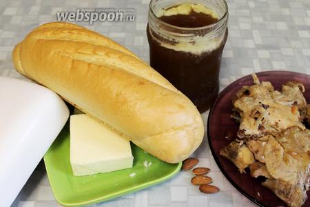 Для супа понадобится: мясо жареного цыплёнка, коричневый мясной бульон, миндаль, хлеб, сливочное масло.