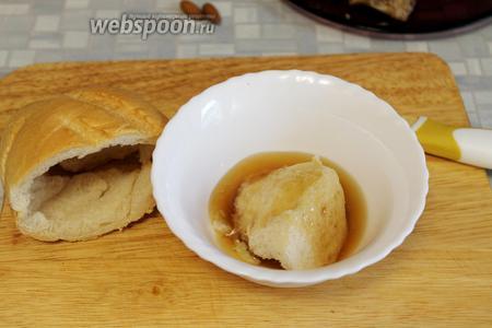 Из белого хлеба вынуть мякоть и замочить её в бульоне.