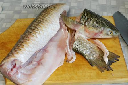 Рыбу очистить, промыть, отрезать голову, хвост и плавники.