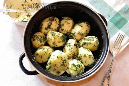 Картофель положить в миску, добавить приготовленный маринад и всё хорошо перемешать. Я сделала это руками, чтобы хорошенько распределить маринад по картошке. Оставляем мариноваться на 15-20 минут.