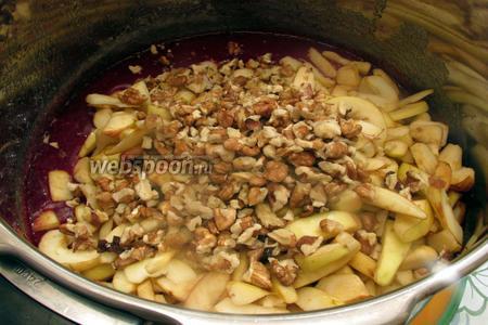 Добавим все яблоки и грецкие орехи.
