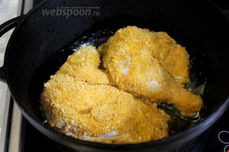 Запанированного цыпленка обжарить на глубокой сковороде в течение 10 мин: