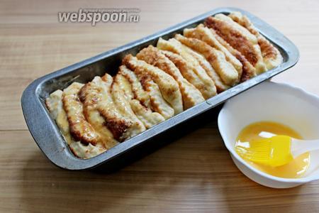 Смазываем взбитым яичным желтком с 1 ложкой молока и выпекаем при 180°С минут 30.