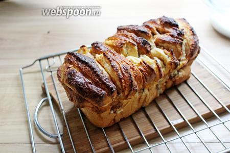 Готовый пирог вынимаем из формы, ставим его на решётку.