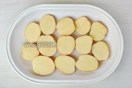 Промываем тщательно щёткой картофель и просушим бумажным полотенцем или салфеткой. Разрезаем вдоль на половинки и срезом вверх выкладываем на противень.