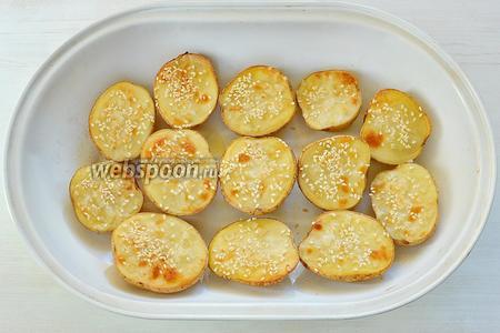 Картофель готов, вот такой красивый получился, с румяной корочкой. Выкладываем картофель на большое блюдо вместе с беконом, зеленью и соусом. Приятного аппетита!