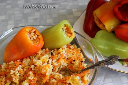 Нафаршировать приготовленным фаршем из овощей и риса.
