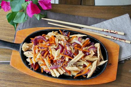 Тёплый салат с соевой спаржей
