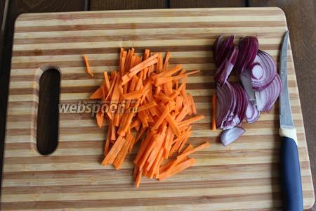 Морковь режем тонкой соломкой.
