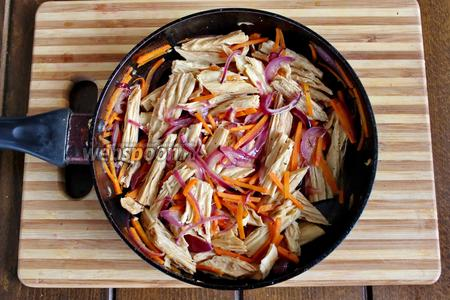 В спаржу добавляем бальзамический уксус с соевым соусом, хорошо перемешиваем. Салат с соевой спаржей готов, подаём тёплым. По желанию, в салат можно добавить сок лимона.