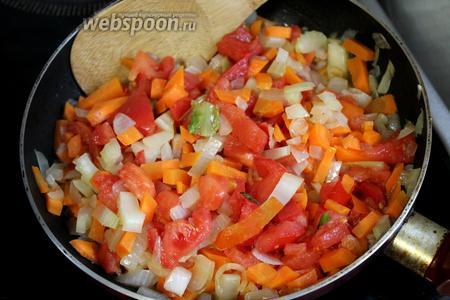 К заправке добавить помидор, потушить до мягкости.