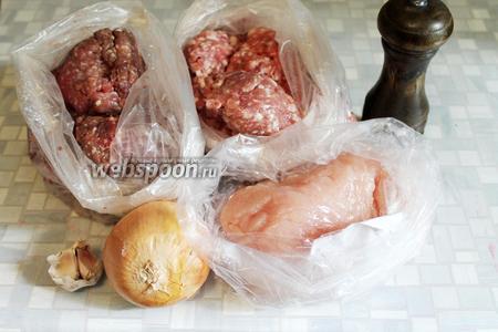 Возьмём 3 вида мясного фарша: бараний, свиной, куриный; лук, чеснок, соль, перец.