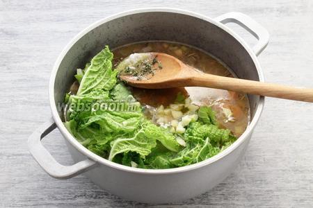 В конце варки солим, перчим, пробуем, (по желанию часть овощей пюрируют), опускаем разорванные капустные листья, листья пряного чабреца (тимьяна), немного чеснока. Отправляем в раскалённую духовку и держим при температуре 190°С 10-15 минут.