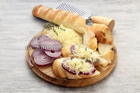 Одновременно делим ломтями хлеб, сбрызгиваем маслом, накрываем тонкими кольцами лилового лука и сырной стружкой, посыпаем тимьяном. Подсушиваем рядом с супом до расплавления сыра, лук останется «на зубок».