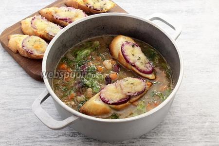 Риболлита готова! Как правило, хлебные ломти опускают в горячую жидкость и пропитывают корочку.