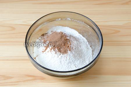 Муку просеиваем через сито, добавляем мускатный орех и корицу, а также соль и разрыхлитель.