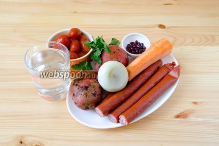 Для фасолевого супа нам понадобится красная фасоль сухая, охотничьи колбаски, картофель, лук репчатый, морковь, помидоры в собственном соку, тимьян, петрушка и вода.