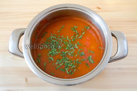 В готовый суп добавляем порезанную петрушку и накрываем его крышкой немного настояться.