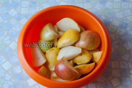 Яблоки и груши тщательно промыть и порезать на четвертинки, сердцевины с семечками удалить.