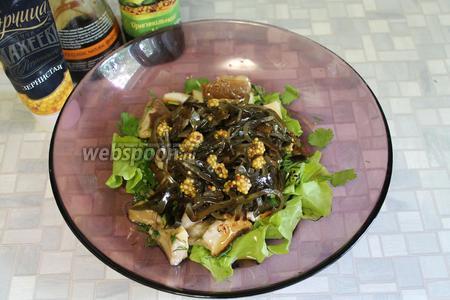 Поверхность салата полить заправкой из горчицы, соевого соуса, лимонного сока и оливкового масла.