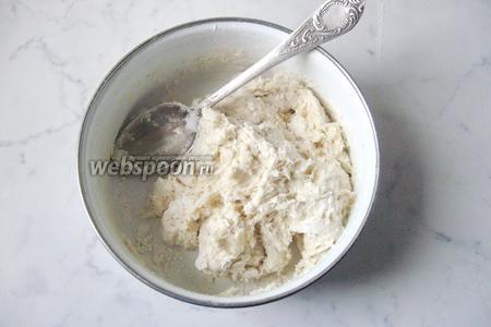 Перемешать муку с водой, подсолнечным маслом и солью.