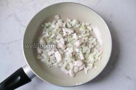 Сало мелко нарезать и добавить на сковороду к луку.