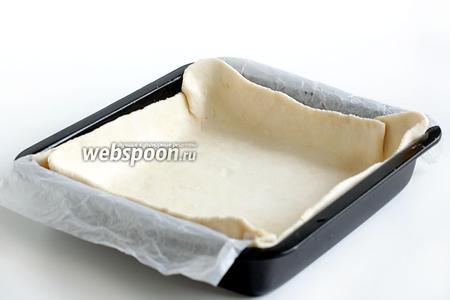Тесто предварительно полностью разморозить и разделить на две части. Одну часть взять чуть больше. Раскатать по размеру вашей формы ( у меня 22 см) и сразу выложить на дно. Пока готовится начинка, пусть тесто немного подойдёт.