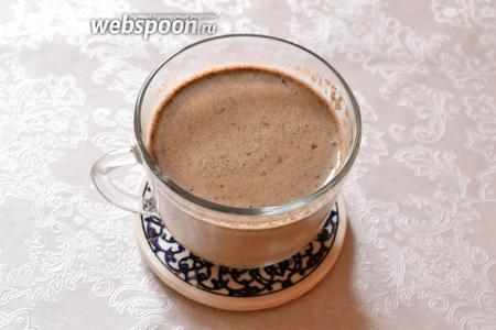 Переливаем в прогретую кипятком чашку наш кофе, со специями на молоке, и встречаем доброе утро, наслаждаясь мягким и пряным вкусом этого! Сахар добавить по вкусу уже в чашку.