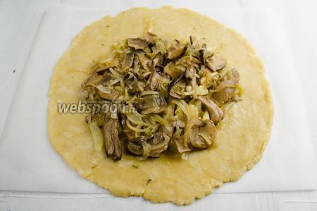 На сыр выложить остывшую массу из лука и грибов. Тоже присыпать розмарином.