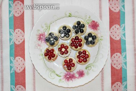 Затем начините их своим любимым кремом (это может быть сырный крем, заварной крем, курд, конфитюр или джем). Сверху можно покрыть любимыми ягодами или фруктами.  Приятного аппетита!:)
